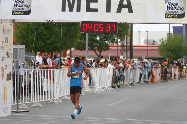 Mario Bran cruza la meta de los 50 kilómetros de marcha en Ciudad Juárez. (Foto Prensa Libre: Twitter FedeAtletismo)