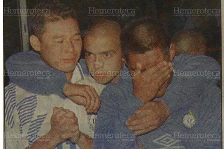Los seleccionados guatemaltecos Marlon Iván León y Juan Carlos Plata, en los extremos, lloran al enterarse de la tragedia. Son consolados por su compañero Martín Alejandro Machón. (Foto : Hemeroteca PL)