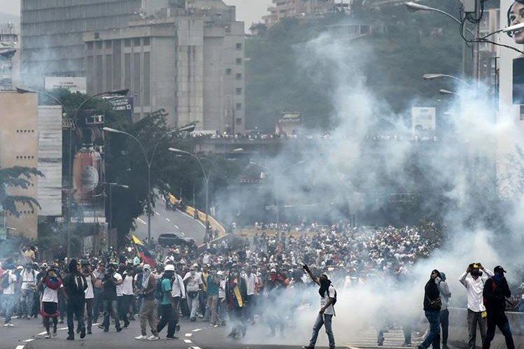 Venezolanos salieron a las calles de Caracas para protestar contra el gobierno de Nicolás Maduro. (Foto Prensa Libre: AFP)