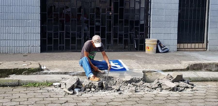 Un trabajador destruye la rampa que fue recientemente construida en el Renap de Coatepeque, Quetzaltenango. (Foto Prensa Libre: Cortesía Vivian Sandoval)