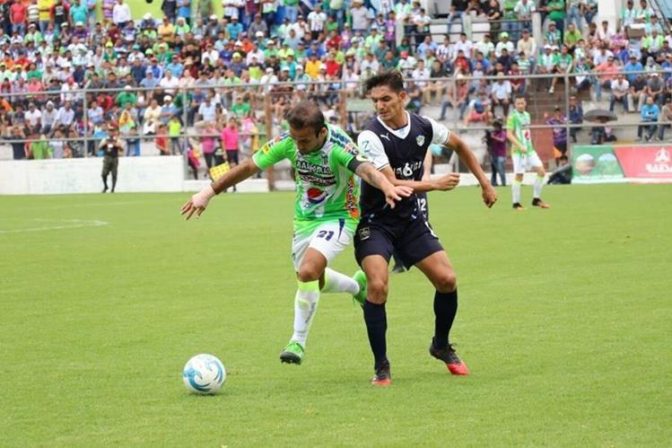 José Manuel Contreras corre por el balón ante la marca de Néstor Monge. (Foto Prensa Libre: Renato Melgar)