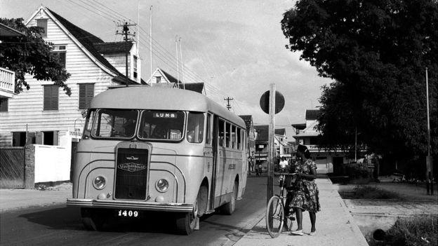 Escena en Paramarimbo, capital de Surinam, en los años 50. (EVANS/GETTY IMAGES)