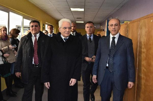 El presidente italiano Sergio Mattarella (C) comienza las consultas para encontrar una salida a la crisis política.(AFP).
