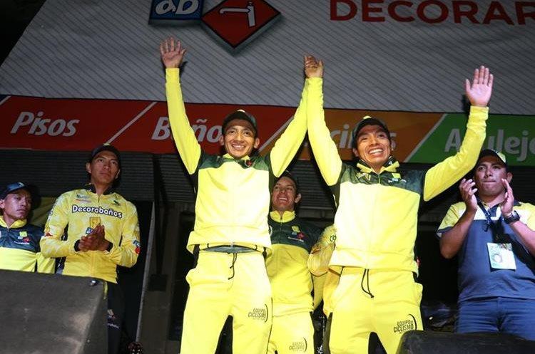 Alfredo Ajpacajá -derecha- le dedicó el triunfo a su hermano Celso, quien sufrió una caída en la segunda etapa de la vuelta. (Foto Prensa Libre: Raúl Juárez)