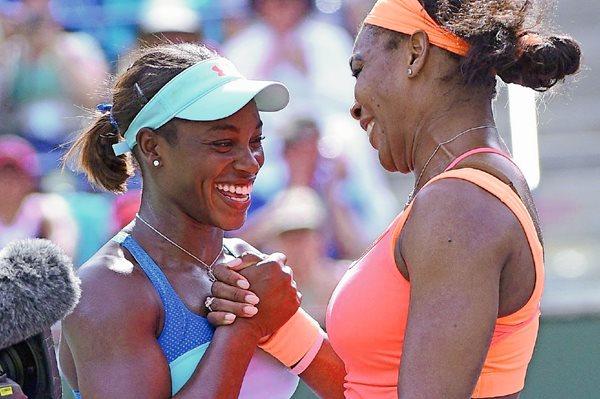 La estadounidense Serena Williams —derecha— tras vencer a su compatriota Sloane Stephens este martes, durante la cuarta ronda del Abierto de Indian Wells. (Foto Prensa Libre: EFE)