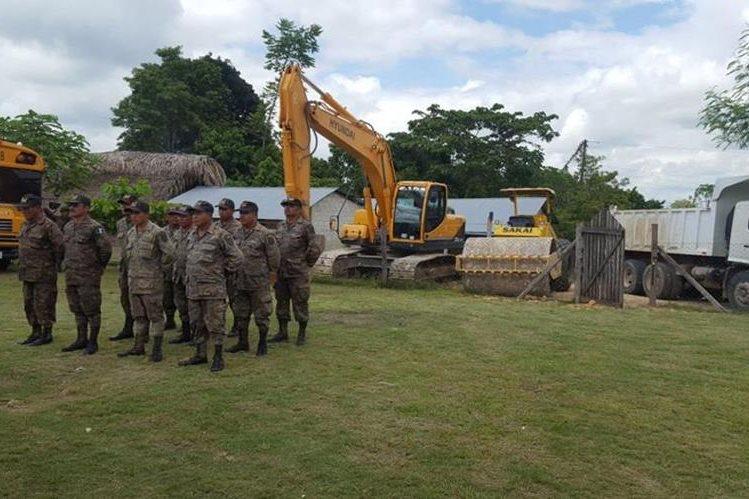 Los trabajos de bacheo son responsabilidad del Ministerio de Comunicaciones y no del Ejército, señalan analistas. (Foto Prensa Libre: Ejército de Guatemala)
