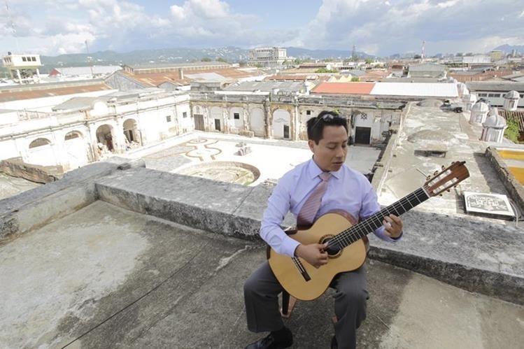 Luis Ju‡árez Quixtán, guitarrista guatemalteco, brinda una demostraci—ón de su talento en la Iglesia Santo Domingo. (Foto Prensa Libre: Edwin Bercián).