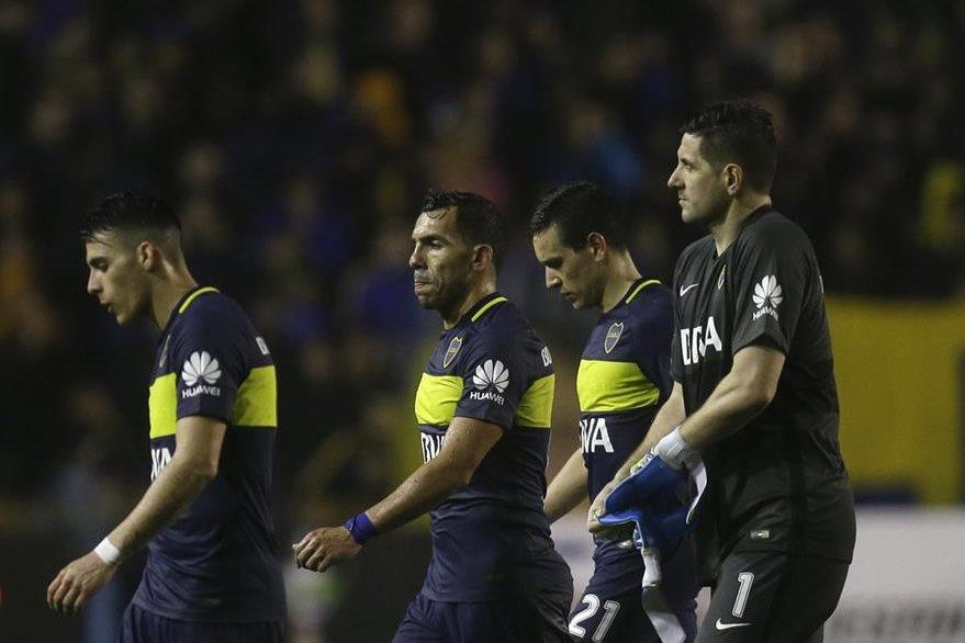 Jugadores de Boca Juniors salen del terreno de juego luego de perder frente a Independiente del Valle. (Foto Prensa Libre: AFP)