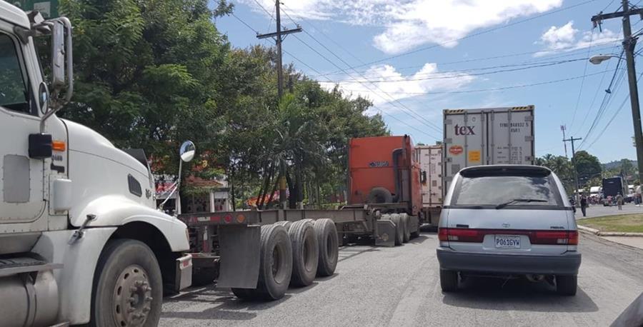 Taxistas bloquean el ingreso a Puerto Barrios, Izabal, por su inconformidad ante la falta de reparación y ampliación de carreteras. (Foto Prensa Libre: Cortesía)