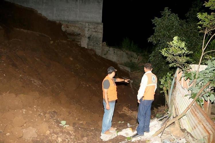 Personal de Conred examina el lugar donde ocurrió un derrumbe, en la zona 2 de la cabecera de Retalhuleu. (Foto Prensa Libre: Rolando Miranda)