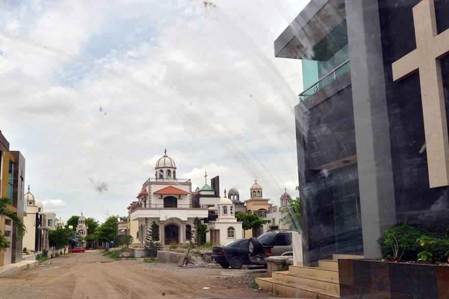 El cementerio es conocido por los mausoleos extravagantes construidos para capos de renombre como Ignacio Coronel y Arturo Beltrán Leyva. (Foto Prensa Libre: AFP).