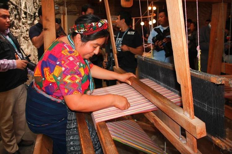 Artesanas que elaboran tejidos a mano reciben un 30% más del salario mínimo por su trabajo. (Foto Prensa Libre: Renato Melgar)