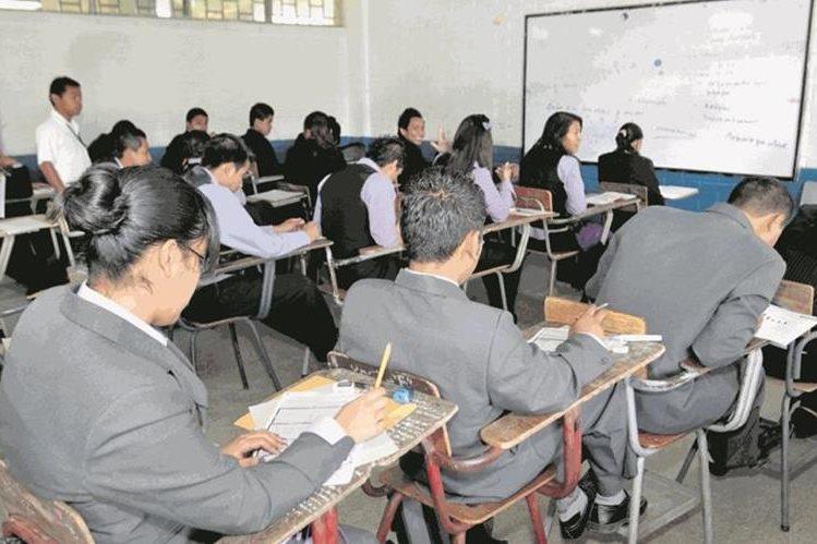 Padres de familia pueden denunciar a colegios a través de redes sociales. Foto Prensa Libre: Hemeroteca PL.
