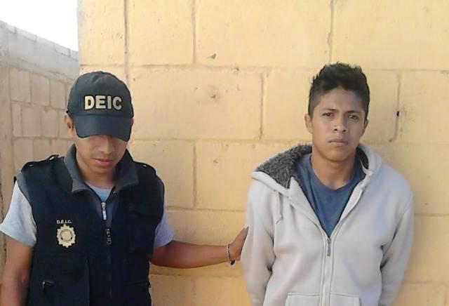 Josué David Arévalo López es capturado en una casa de Peronia, zona 8 de Villa Nueva. (Foto Prensa Libre: MP)