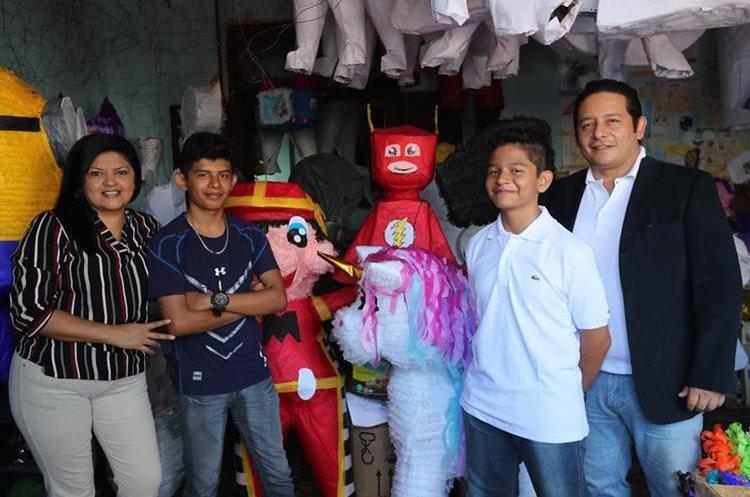 La familia Ortiz Zelaya afirma que premio ganado en el programa Soñando en Familia les sirvió para impulsar más su piñatería. (Foto Prensa Libre: Érick Ávila).