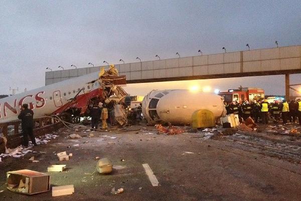 <p>Un avión de pasajeros ruso se salió este sábado de la pista de aterrizaje cuando intentaba tomar tierra en el aeropuerto internacional de Vnúkovo de Moscú (AP)<br></p>