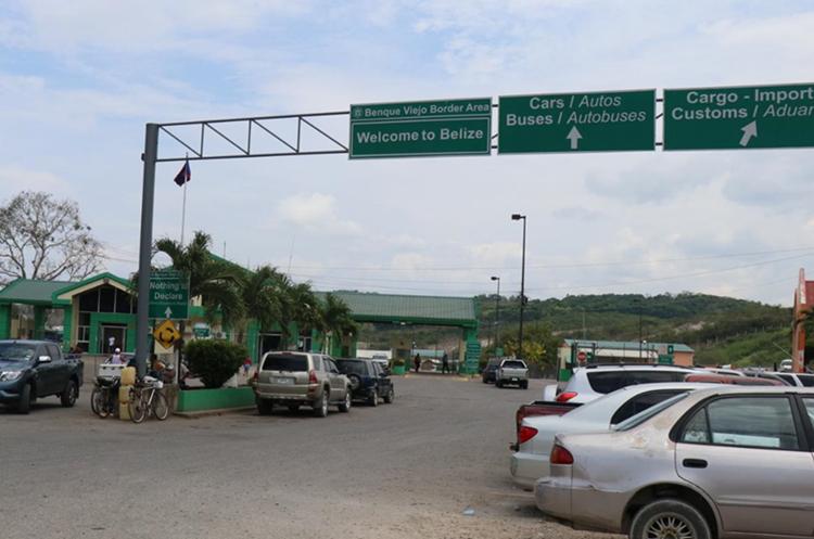 Poco movimiento registró este domingo en la frontera entre Guatemala y Belice en Melchor de Mencos, Peten. (Foto Prensa Libre: Dony Stewart)