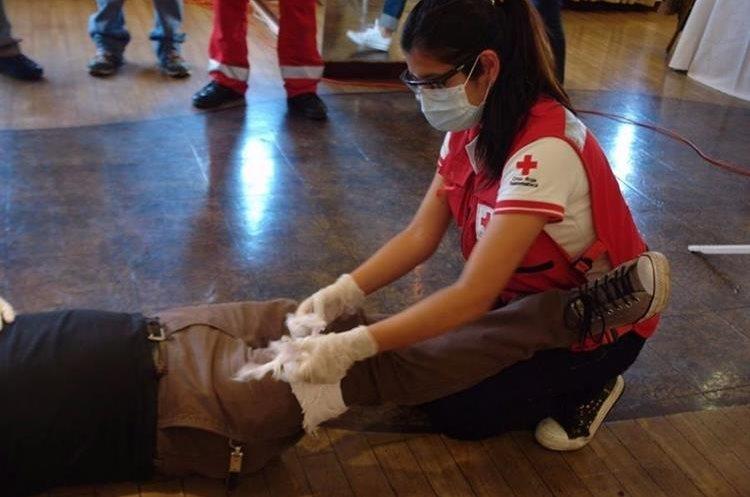 Jóvenes son capacitados por Cruz Roja sobre primeros auxilios. (Foto Prensa Libre: Cortesía Cruz Roja)