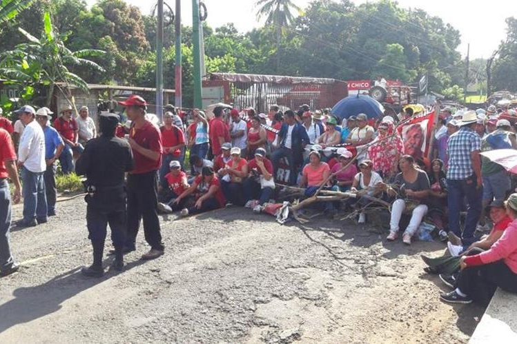 Salubristas bloquean paso de vehículos en ruta de Santa Rosa a Chiquimulilla. (Foto Prensa Libre: Oswaldo Cardona)