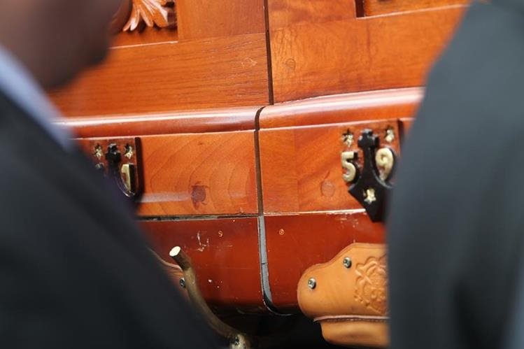 Una fisura se observa en el lado derecho del anda de Jesús Nazareno del Rescate, del templo de Santa Teresa. (Foto Prensa Libre: Érick Ávila)