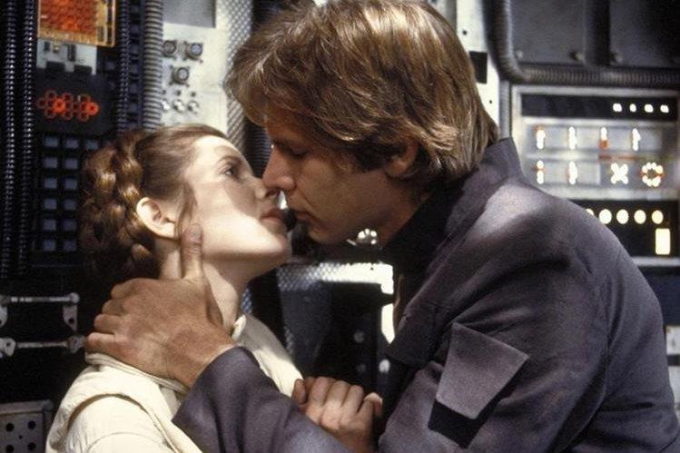Carrie Fisher, en su rol de princesa Leia, actuó junto a la estrella de cine Harrison Ford, quien hizo el papel de Han Solo en Star Wars. (Foto Prensa Libre: 20th Century Fox)