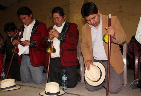Pedro Raymundo Cobo —tercero—,   alcalde de Nebaj, durante una ceremonia religiosa en ese municipio. Inserto,     Virgilio  Jerónimo Bernal, quien  espera que el TSE agilice repetición de comicios.