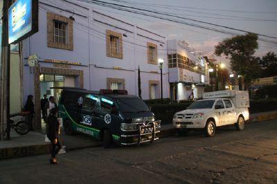Unidades del Seguro Social y del Ministerio Público llegaron al centro médico donde falleció la fiscal Evelyn Rodríguez. (Foto Prensa Libre: Mike Castillo)