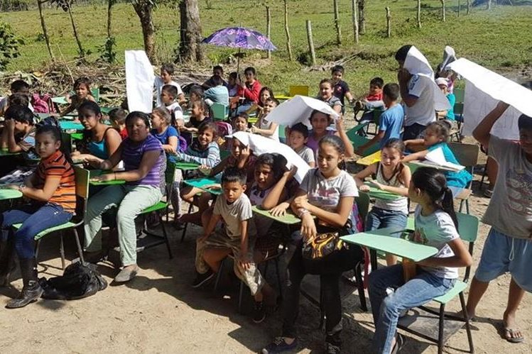 Unos 150 estudiantes de la comunidad Nueva Esperanza, en Puerto Barrios, Izabal, reciben clases bajo el sol. (Foto Prensa Libre: Dony Stewart)