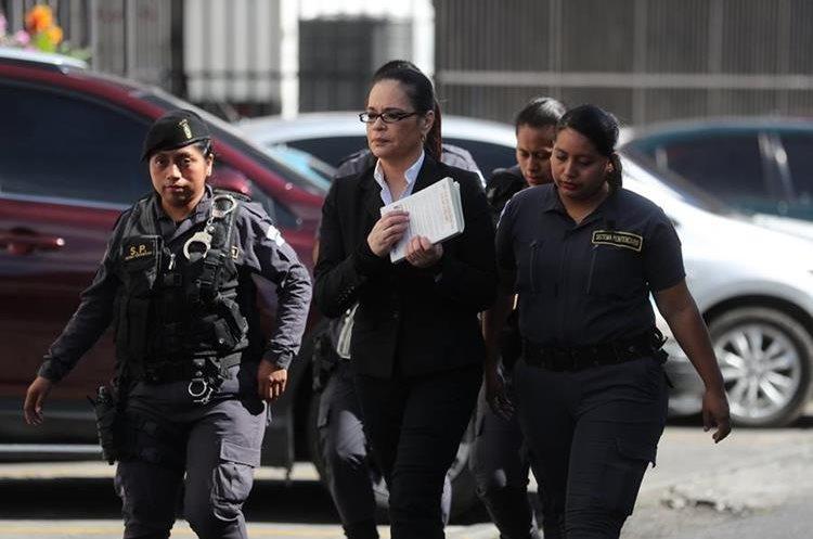 Roxana Baldetti, llega a la Torre de tribunales con su libro Días de Gloria. (Foto Prensa Libre: Erick Ávila)