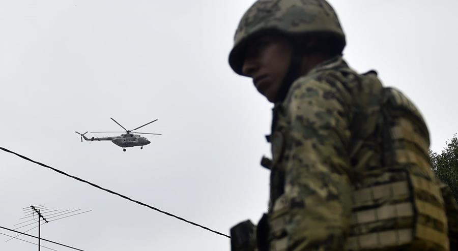 Helicóptero policial sobrevuela la ciudad tras ola de violencia en México. (Foto Prensa Libre: AFP)
