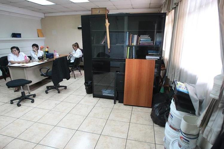 Hay 33 empleados del Congreso puestos a disposición. Están contratados, pero no están asignados a nadie y pasan el día sin trabajar. (Foto Prensa Libre: Álvaro Interiano)