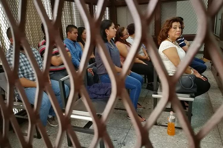 Anabella de León y otros implicados en la carceleta del juzgado. Foto Prensa Libre: Érick Ávila.