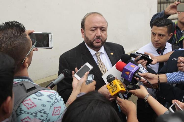 Antonio Malouf, presidente del Cacif informó a los periodistas el resultado de la reunión con el mandatario Jimmy Morales al salir de casa presidencial. (Foto Prensa Libre: Carlos Hernández)