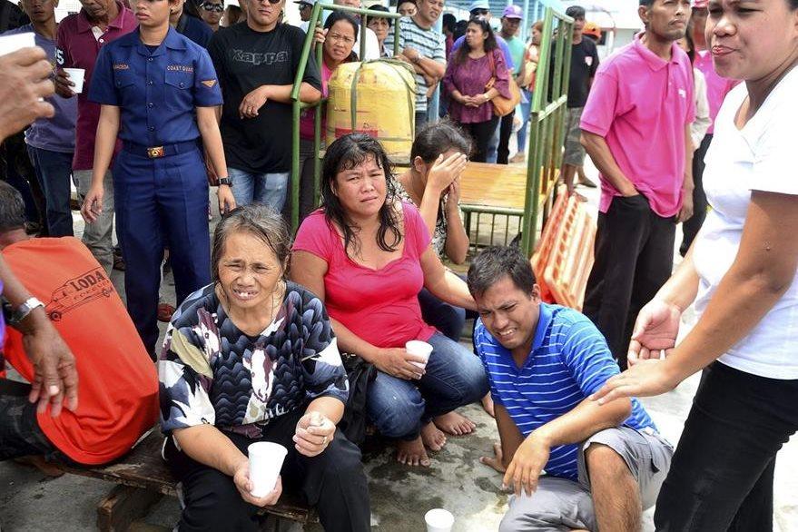 Supervivientes del naufragio descansan tras su rescate. (Foto Prensa Libre: EFE)