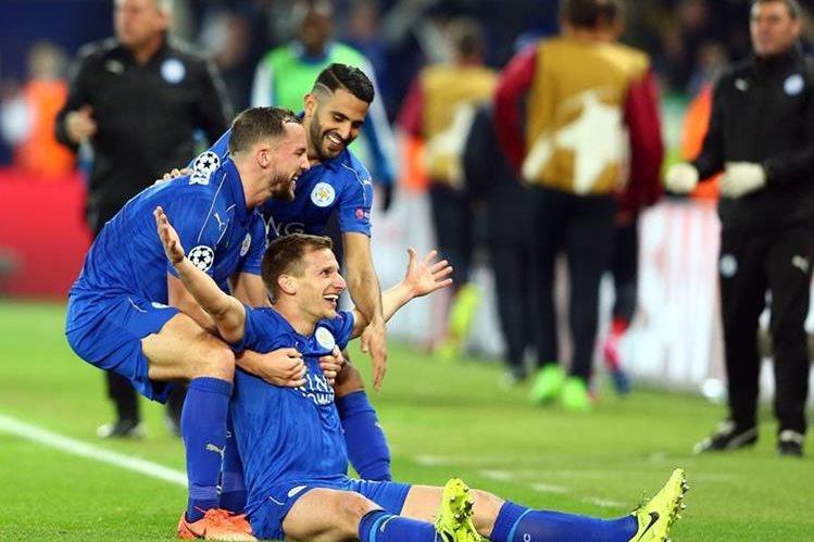Marc Albrighton (abajo) de Leicester City celebra luego de anotar el 2-0 contra el Sevilla FC, en el partido de los octavos de final de la Liga de Campeones de Europa, en el estadio King Power en Leicester (Foto Prensa Libre: EFE)