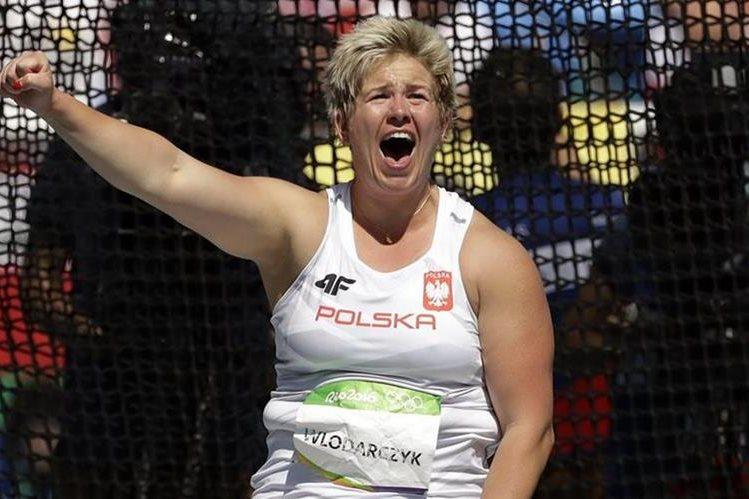 La polaca Anita Wlodarczyk celebra después de romper el récord mundial en el lanzamiento de martillo en los Juegos Olímpicos. (Foto Prensa Libre: AP)