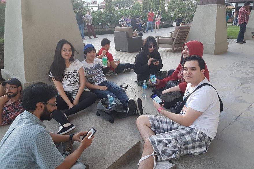 Comunidad de Pokemón Go en Guatemala reunidos en Paseo Cayalá. (Foto Prensa Libre: Cortesía)