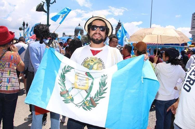 El cineasta y músico guatemalteco, Domingo Lemus, también se hizo presente en la Plaza de la Constitución. (Foto Prensa Libre: Pablo Juárez Andrino)