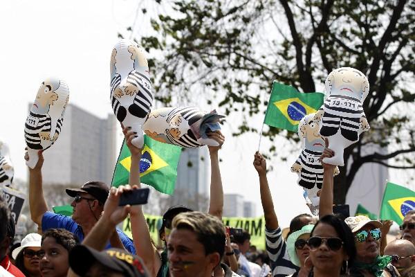 Manifestantes levantan varios muñecos que representan a Lula da Silva.