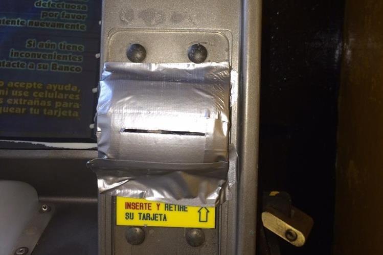 Uno de los cajeros electrónicos en Mazatenango, Suchitepéquez, fue alterado con cinta adhesiva y un objeto desconocido en la ranura para la tarjeta. (Foto Prensa Libre: Melvin Popá)