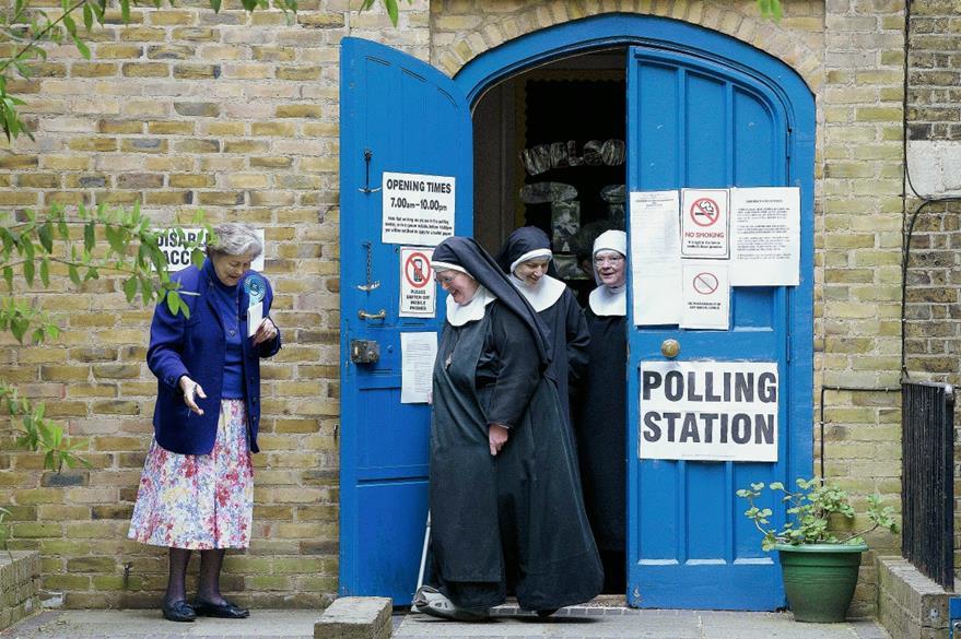Un grupo de monjas dejan un centro de votación después de votar en Londres.  (Prensa Libre:AP