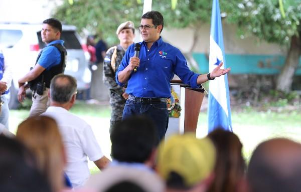 Juan Orlando Hernández (c) hablando durante un evento en el Valle de Jamastrán. (Foto Prensa Libre:EFE).