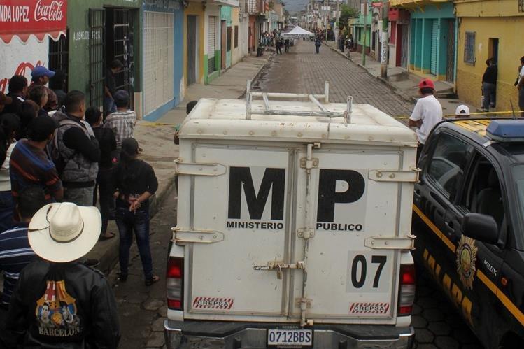Peritos del Ministerio Público recaban evidencias del crimen ocurrido en la cabecera de Jalapa. (Foto Prensa Libre: Hugo Oliva)