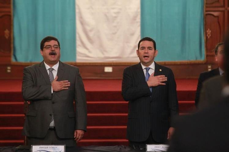 El presidente Jimmy Morales (Derecha) y el comisionado de Puertos y Aeropuertos, Enrique Godoy, asisten a la actividad sobre desarrollo urbano. (Foto Prensa Libre: Estuardo Paredes)