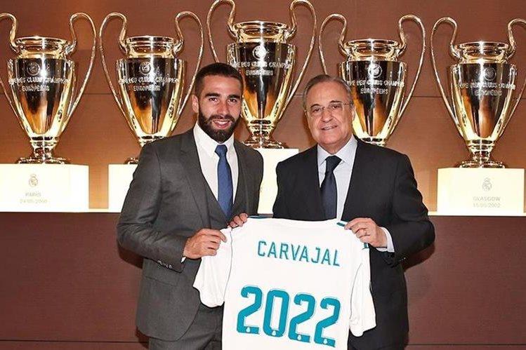 Dani Carvajal posó con Florentino Pérez luego de firmar la renovación de su contrato con el Real Madrid hasta 2022. (Foto Prensa Libre: Twitter Real Madrid)