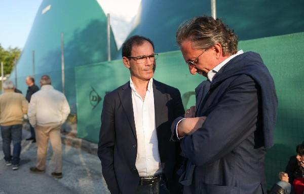 El entrenador del equipo italiano de ciclismo, Davide Cassani (i), y el representante de Michele Scarponi, Raimondo Scimione. (Foto Prensa Libre: EFE).