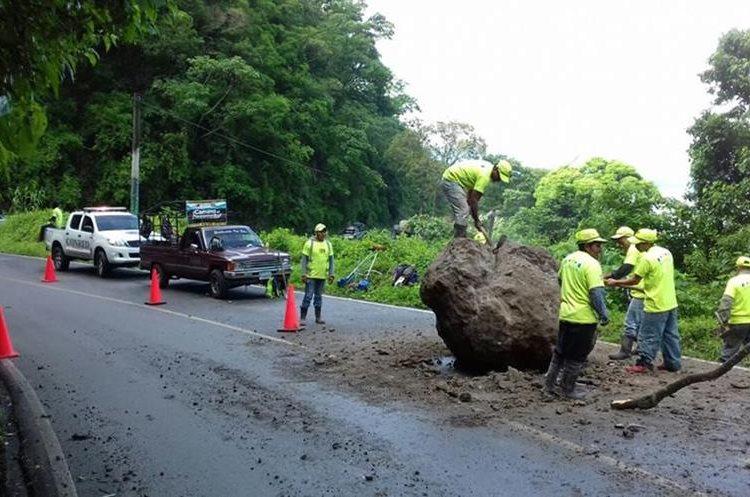 Una enorme roca obstaculizó el paso en el Km 146 de la ruta de Sololá a Panajachel. (Foto Prensa Libre: Ángel Julajuj)