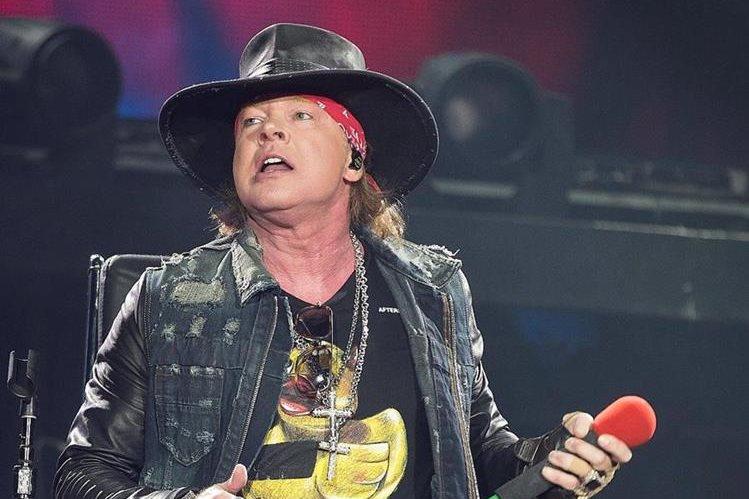 Axl Rose, de Guns' N Roses, acompaña a la banda australiana AC/DC durante el concierto de su gira mundial Rock od Bust. (Foto Prensa Libre: EFE)