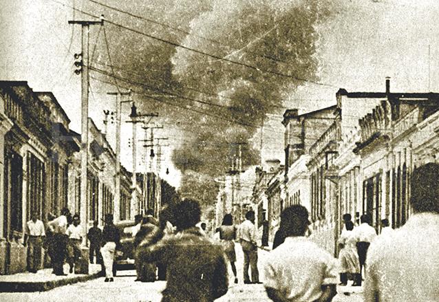 Incendio del Fuerte de San José en los enfrentamientos del 20 de octubre de 1944. (Foto: Hemeroteca PL)