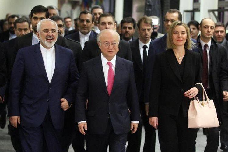 La comisión de energía atómica sale de sesión en Viena, luego de decisión sobre programa iraní. (Foto Prensa Libre: AP)